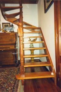 Escalera colocada en un un hueco reducido de escalera caracol