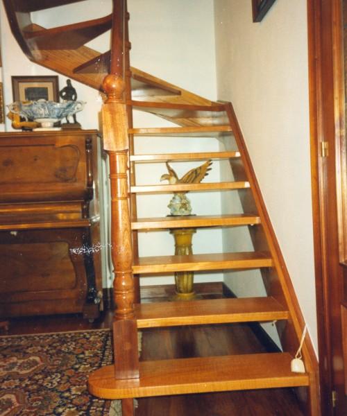 escalera de madera barnizada, escalera hecha a medida, escalera de elondo, escalera artesana, escalera sin tabicas, escalera sin contrahuellas