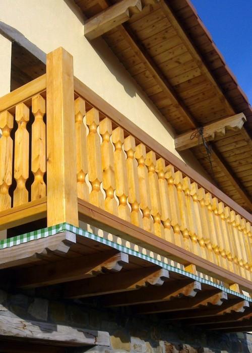 balaustrada de madera, balaustrada exterior de madera, barandilla balcón de madera, balaustrada exterior torneada