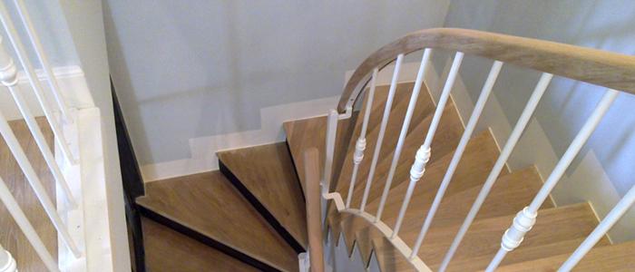 balaustrada de forja, escalera con balaustrada de forja, forja blanca, escalera de madera, pasamanos de roble, pasamanos de madera con curvas