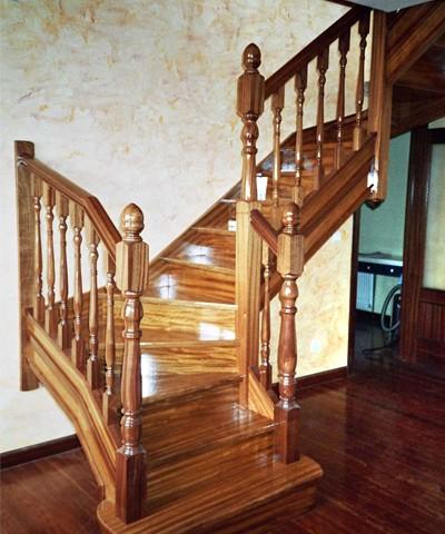 escalera de madera, escalera fabricada a medida, escalera artesana,escalera de elondo ,balaustrada de sapely, balaustrada torneada